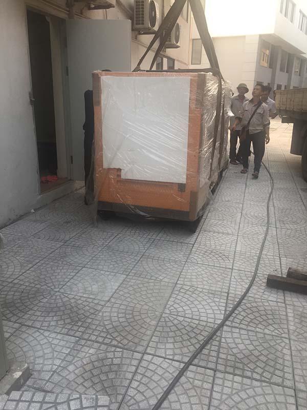 Hạ máy phát điện đến trước phòng điện chứa tủ điện tổng của khách sạn
