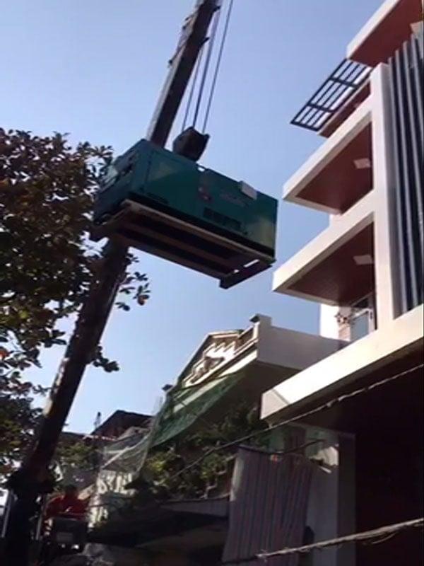 Cẩu máy phát điện Denyo 20kVA lên tầng 5