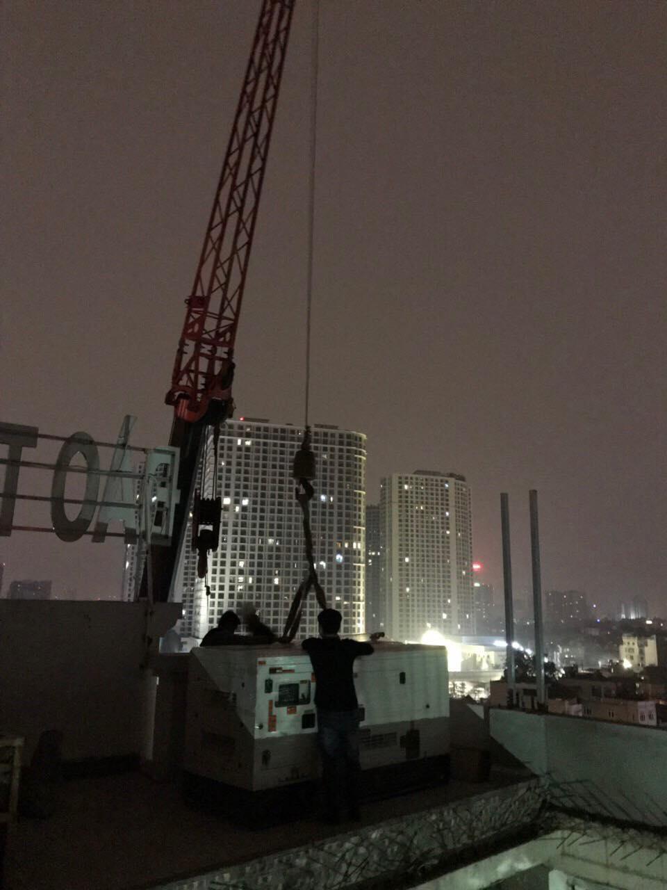 Cẩu máy phát điện Cummins 70kVA lên tầng thượng nhà hàng