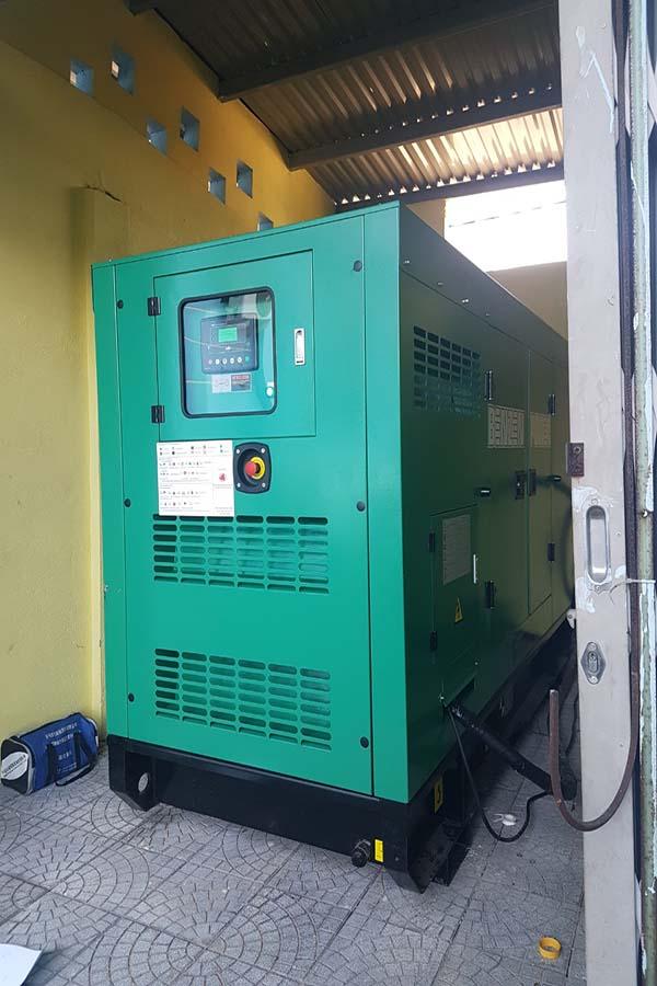 Máy phát điện Cummins 100kVA được đặt ở trong nhà riêng