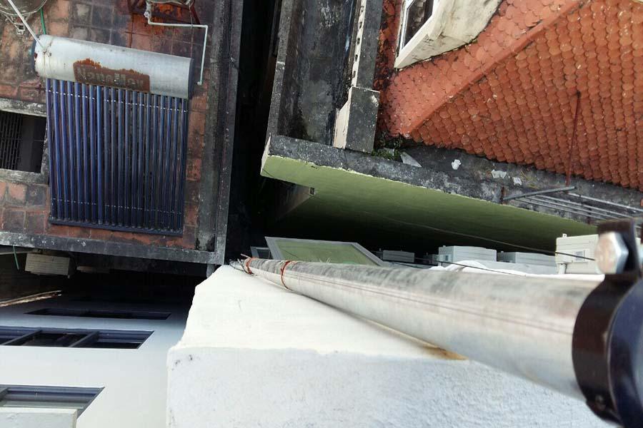 Ống xả khói máy phát điện dài từ tầng hầm đến tầng thượng của khách sạn