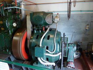 Máy phát điện diesel năm 1930 với động cơ kích từ nằm bên trên